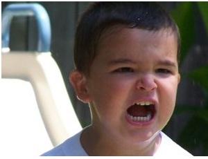 Un bambino arrabbiato grida