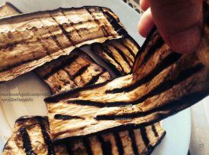 melanzane allungate, tagliate per lungo e grigliate