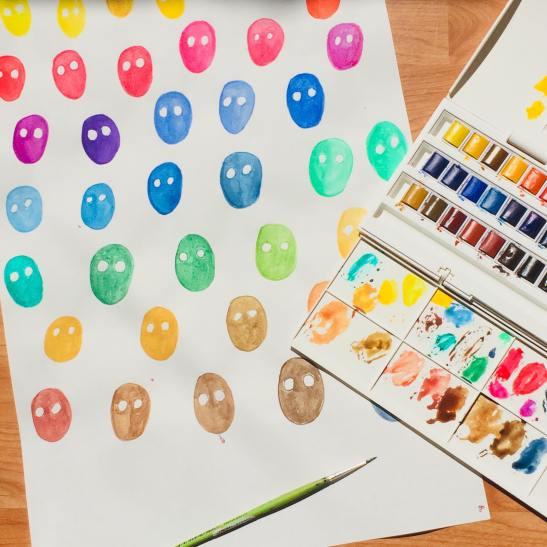 facce colorate e scatola acquerelli